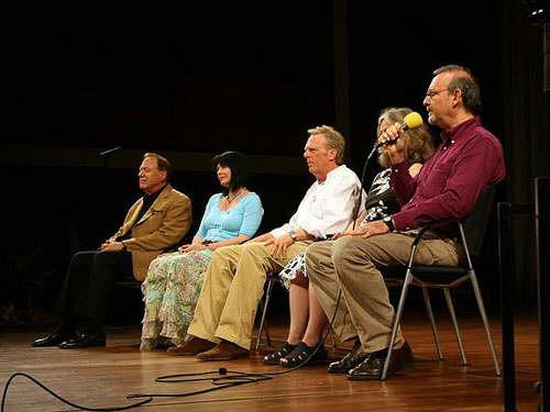 Mario Liani canalizando en Alemania, junto a (de derecha a izquierda) Patrizia Pfister (Alemania), David Brown (Sudáfrica), Sabine Sangitar (Alemania) y Lee Carroll (EE.UU)