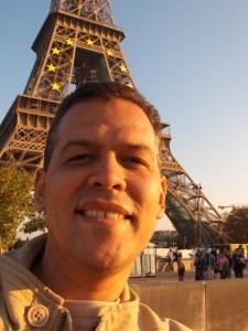 Carlos IBarra con la Torre Eiffel
