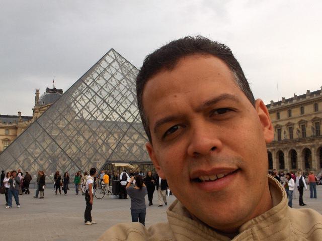 Carlos Jesús Ibarra Castellanos en la Ciudad Luz, frente al Centro Pompidou