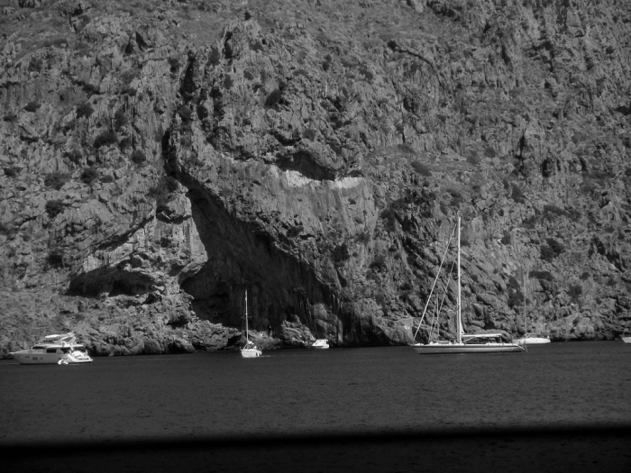 Recorren el árido islote, rastrean cada metro de litoral, ¡sin hallar el más leve indicio de Anna!