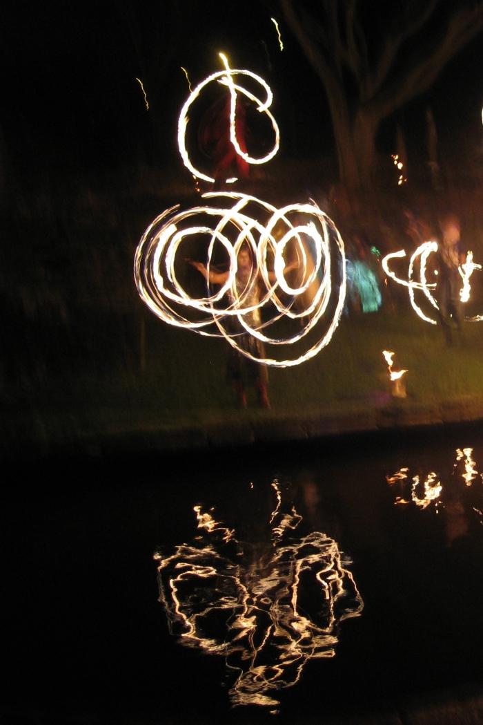 Malabarismos de fuego en la fiesta de Imbolc