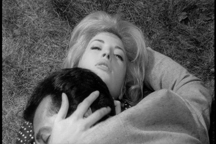 Claudia (Mónica Vitti), amiga de Anna, va intimando con Sandro. El paso de las horas les revela algo sorprendente: se han enamorado.