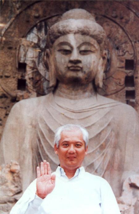 Choa Kok Sui, creador de la sanación pránica, junto al Buda