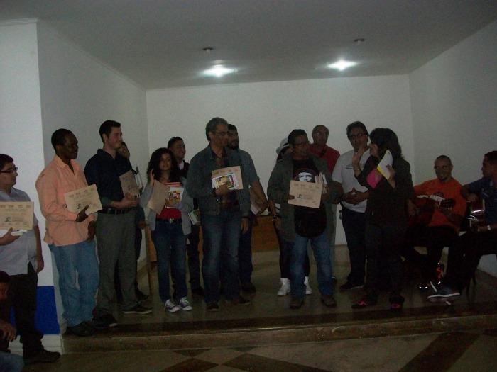 Rod Medina recibiendo el primer premio del Concurso de Poesía Caupolicán Ovalles