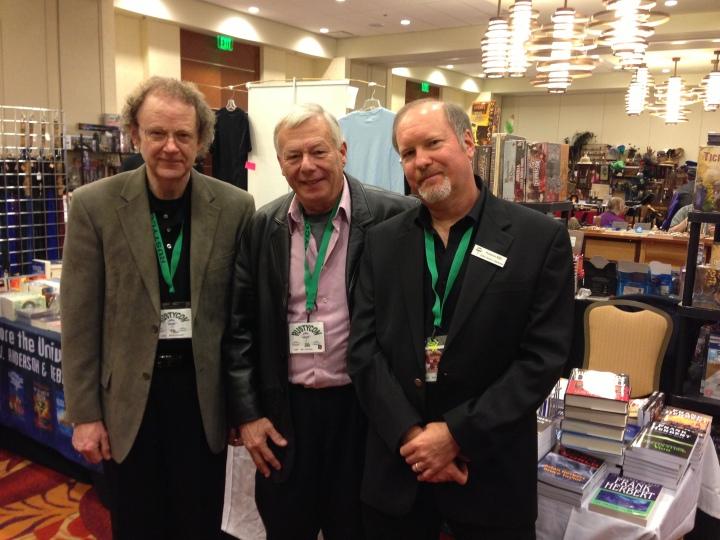 Brian Herbert (izquierda) y Kevin J. Anderson (derecha) acompañados de Bill Ramson (centro)