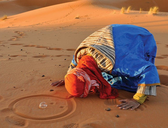 morocco_culture_sahara-desert_praying